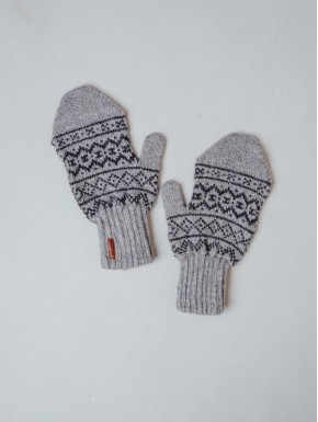 Lightgrey mittens with a faroese pattern