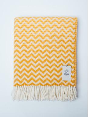 Gult vævet tæppe med bølge mønster