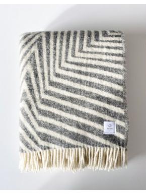 Mellegråt stribet tæppe